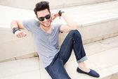 Attraktiv man klädd casual poserar utomhus — Stockfoto