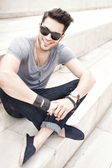 Stilig manliga mode modell leende, klädd casual - utomhus — Stockfoto