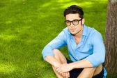 Yakışıklı adam çimlere ayakta — Stok fotoğraf