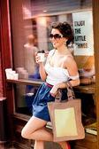 Vacker flicka klädd casual poserar utomhus — Stockfoto