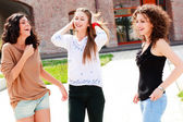 три красивые девушки смеялись и весело — Стоковое фото