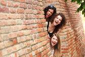 три красивые женщины улыбается — Стоковое фото