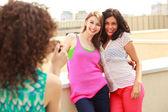 Tre vackra kvinnor fotografera sig — Stockfoto