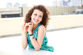Vackra kvinnor med lockigt hår leende utomhus en solig dag — Stockfoto