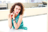 çekici bir kadın komik yüzü güneşli bir günde açık yapma — Stok fotoğraf