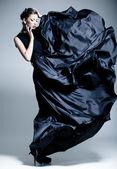 όμορφη γυναίκα μοντέλο, ντυμένος με ένα κομψό φόρεμα σε στάση μόδας — Φωτογραφία Αρχείου