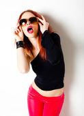 Sexy rote kurzhaarige frau, punk einstellung posiert im studio — Stockfoto