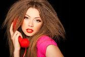 Gorące dziewczyny call zmysłowy rozmawia czerwony telefon na czarnym tle — Zdjęcie stockowe