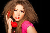 熱い官能的な呼び出し女の子黒分離された赤い電話で話しています。 — ストック写真