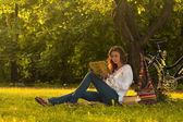 Girl reading in park — Stock Photo