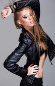Seksi model giyen deri ceket ve siyah etek moda olarak stüdyonun poz — Stok fotoğraf