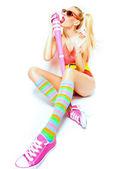Chica sexy béisbol colorfull ropa posando con un bate de béisbol — Foto de Stock