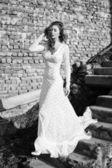 Beautifull woman in white dress posing outdoor — Stock Photo