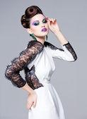 美しい女性服を着てポーズをエレガントな華やかな - スタジオ ファッション撮影 — ストック写真
