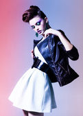Hermosa mujer vestida a elegante punk posando en el estudio — Foto de Stock