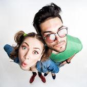 Hübsches paar gekleidet casual lustige grimassen - blick von oben weitwinkel erschossen — Stockfoto