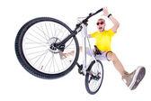 Gek jongen op een fiets van het vuil sprong geïsoleerd op wit - breed studio opname — Stockfoto