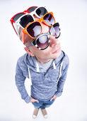 Uomo divertente con paia di occhiali da sole in testa - studio girato — Foto Stock