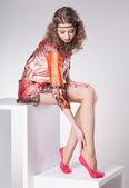 Bella mujer con piernas largas sexy vestido elegante posando en el estudio - cuerpo completo — Foto de Stock