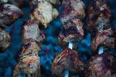 ломтики мяса барбекю готовят на огонь — Стоковое фото