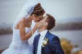 Giovani sposi baci. — Foto Stock