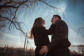 Vista de perfil de um casal atraente — Foto Stock