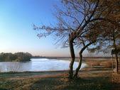 Paesaggio autunnale di fiume. — Foto Stock