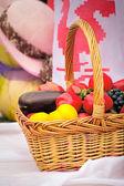 Vackra korgen med grönsaker, frukt är till försäljning på mässan. — Stockfoto