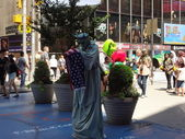 NEW YORK-JUNE 28: A street actor dressed as the Statue of Liberty prepares to perform for the tourists in New York's Times Square on June 28, 2012. — Stock Photo