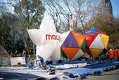 NEW YORK-NOV 21: On the day before the 2012 Macy's Thanksgiving Day Parade, all of the giant balloons are inflated with helium. Pictured here is the Macy's Star and geometric shaped balloons. — Stock Photo