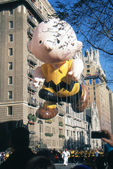 NEW YORK-NOV 22: A holiday tradition since 1924, the annual Macy's Thanksgiving Day Parade is seen by more than 3.5 million people. Pictured here in 2012 is the cartoon character Charlie Brown. — Foto de Stock