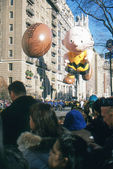 NEW YORK-NOV 22: A holiday tradition since 1924, the annual Macy's Thanksgiving Day Parade is seen by more than 3.5 million people. Pictured here in 2012 is the cartoon character Charlie Brown. — ストック写真