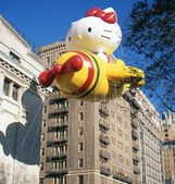 NEW YORK-NOV 22: A holiday tradition since 1924, the annual Macy's Thanksgiving Day Parade is seen by more than 3.5 million people. Pictured here in 2012 is the Hello Kitty balloon. — Stok fotoğraf
