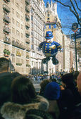 NEW YORK-NOV 22: A holiday tradition since 1924, the annual Macy's Thanksgiving Day Parade is seen by more than 3.5 million people. Pictured here in 2012 is the Harold the Policeman balloon. — Zdjęcie stockowe