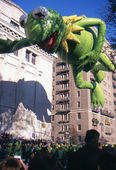 NEW YORK-NOV 22: A holiday tradition since 1924, the annual Macy's Thanksgiving Day Parade is seen by more than 3.5 million people. Pictured here in 2012 is the Kermit the Frog balloon. — Stock fotografie
