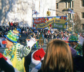 NEW YORK-NOV 22: A holiday tradition since 1924, the annual Macy's Thanksgiving Day Parade is seen by more than 3.5 million people. The start of the 2012 parade is pictured. — Stock Photo