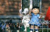 NEW YORK-NOV 22: A holiday tradition since 1924, the annual Macy's Thanksgiving Day Parade is seen by more than 3.5 million people. Here in 2012 are Snoopy and Lucy from the cartoon strip Peanuts. — Zdjęcie stockowe