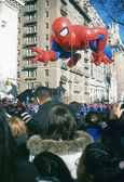 NEW YORK-NOV 22: A holiday tradition since 1924, the annual Macy's Thanksgiving Day Parade is seen by more than 3.5 million people. Pictured here in 2012 is the Spider Man balloon. — Foto de Stock