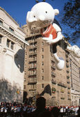 NEW YORK-NOV 22: A holiday tradition since 1924, the annual Macy's Thanksgiving Day Parade is seen by more than 3.5 million people. Pictured here in 2012 is the Diary of a Wimpy Kid balloon. — Foto de Stock