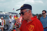 READINGTON, NEW JERSEY, USA-JULY 21: Malcolm Forbes, owner and publisher of FORBES business magazine enjoys a can of Coca-Cola at the 1985 New Jersey Festival of Hot Air Ballooning at Solberg Airport. — Zdjęcie stockowe