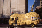 New york-nov 24: een vakantie traditie sinds 1924, de jaarlijkse macy's thanksgiving day parade wordt gezien door meer dan 3,5 miljoen mensen. hier afgebeeld in 2011 is planter's mr. pinda staande bovenop zijn auto. — Stockfoto