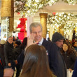 NEW YORK-NOV 29: Terry J. Lundgren, Chairman, President and CEO of Macy's, Inc. is seen greeting shoppers on the main selling floor of the company's flagship Herald Square store on Black Friday 2013. — Foto de Stock