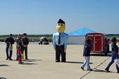 Mcguire air force base-wrightstown, new jersey, verenigde staten-mei 12: ricky recruiter, de gigantische opblaasbare mascotte van de united states air force werven opdracht, begroet bezoekers op de 2012 open huis. — Stok fotoğraf