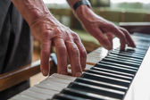 Senior man playing piano — Stock Photo