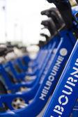Bicicletas aparcadas en una fila — Foto de Stock