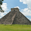 The Kukulkan pyramid in Chichen Itza archeological park, Mexico — Stock Photo