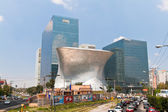 Modern architecture at Mexico DF, with traffic at its side. — Foto Stock
