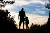 父亲和女儿的剪影 — 图库照片