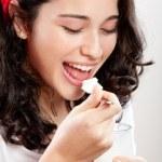 ヨーグルトを食べる若い美しい女性 — ストック写真