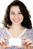 空白の名刺を保持している女性の笑みを浮かべてください。 — ストック写真